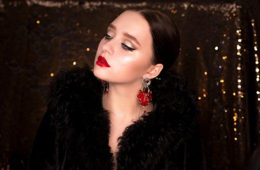 Femme élégante chignon rouge à lèvres rouge et bijoux