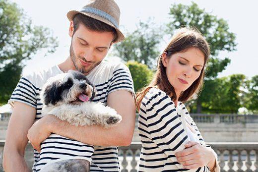 Jeune couple avec un chien habillés avec des t-shirts marinière