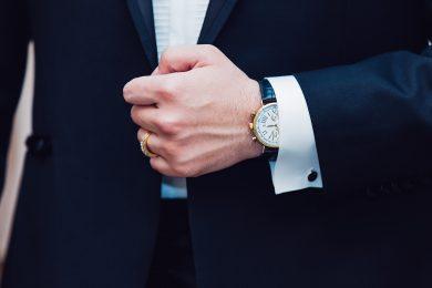 Poignet d'homme avec montre